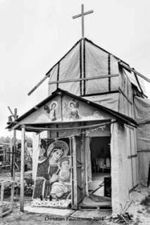 02 – Calais. L'église éthiopienne a été construite par les réfugiés et était assidûment fréquentée. L'église éthiopienne et sa petite école sont les derniers bâtiments mis au sol et broyés par les pelleteuses après l'expulsion des réfugiés