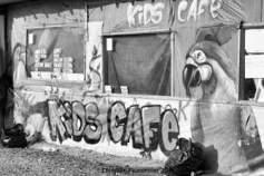 03 – Calais. Le « Kid café » était le lieu de rencontre des adolescents, jeux de cartes, jeux de sociétés et lecture. Un des rares endroits où ils pouvaient manger à l'abri.