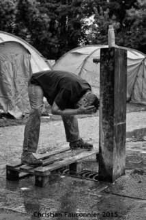 05 – Parc Maximilien. Seul point d'eau disponible au début de l'implantation du camp. Par la suite, la ville installa quatre cabines de douche et autant de sanitaires « pour 800 personnes ».