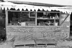 06 – Calais. Les baraquements étaient réalisés à l'aide de matériaux de récupération ou d'éléments fournis par les divers groupes de bénévoles. Vers la fin de la jungle, un contrôle plus sévère fut instauré pour empêcher l'introduction de matériaux.