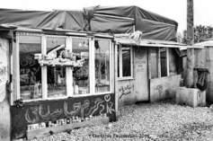 07 – Calais. Des petits magasins ont vu le jour au fur et à mesure de l'agrandissement de la jungle. On pouvait y trouver pas mal de produit, de la carte de GSM aux vêtements.