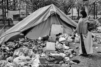 08 – Parc Maximilien. Chaque jour, des vêtements, des chaussures, de la nourriture et des objets de première nécessité étaient apportés par des particuliers. « Ici des chaussures en attente de tri ».
