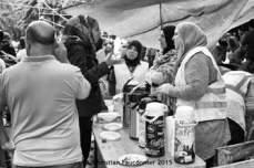 12 – Parc Maximilien. Café, thé ou douceurs, des instants de partage entre personnes de toutes origines, qui savent qu'on ne quitte pas son chez soi, sa famille ou ses amis pour partir vivre une nouvelle vie ailleurs sans une bonne raison.