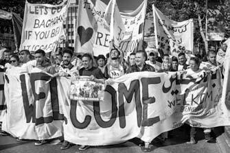 13 – Bruxelles. Grande manifestation le 27 septembre 2015. 23.000 manifestants défilent avec un seul mot d'ordre « welcome refugees ». Migrer n'est pas un crime, la terre n'appartient à personne elle est notre maison à tous. De tous temps, les êtres humains se sont déplacés.