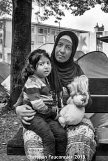 14 – Parc Maximilien. Premier jour et première photo. Celle qui m'a décidé à montrer comment, au coeur de l'Europe, on traitait des êtres humains. Sa seule question, tout en serrant sa petite fille contre elle, a été : « est-ce que je reverrais mon pays un jour ? »