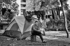 16 – Parc Maximilien. Vivre sous tente n'a rien d'évident, mais vivre sous tente par temps de pluie, c'est se retrouver avec des vêtements humides et des chaussures boueuses. Il faut alors se débrouiller, profiter d'un rayon de soleil pour les faire sécher.