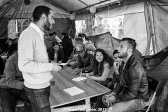 17 – Parc Maximilien. Au Parc il y avait des tentes écoles où des bénévoles donnaient des cours de français et de néerlandais. Une grande partie des réfugiés étaient des assidus.