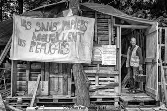 18 – Parc Maximilien. Les sans-papiers se sont également mobilisés. Ils ont construit plusieurs structures à l'aide de palettes.