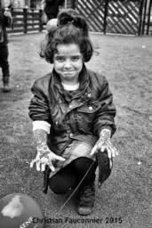20 – Parc Maximilien. Jour de la fête de l'Aïd, fête du partage. De nombreuses associations sont venues installer des barbecues, des tables et des chaises. La viande cuit, le thé passe et les pâtisseries s'entassent. De jeunes femmes dessinent des motifs au henné sur les bras et les mains des petites filles. Les visages rayonnent.