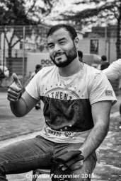 21 – Parc Maximilien. Un afghan heureux : on vient de lui couper les cheveux et de lui tailler la barbe. Il a également reçu trois paires de chaussettes. Il me fait signe « good belgium ».