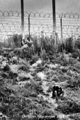 28 – Calais. Au pied des barbelés, la réception est meilleure, mais pas la vue. Il y a comme le sentiment d'être enfermé dans une cage.