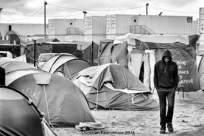 32 – Calais. Triste choix : vivre sous tente, ou être parqué dans des containers sans fenêtre.
