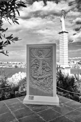34 – Lampedusa. Le 25 janvier 2017, une sculpture en marbre blanc de carrare représentant le Christ qui accueille à Lampedusa les réfugiés sauvés des eaux : « La porta aperta della divina misericordia » de l'artiste Mauro Vaccai avait reçu la bénédiction du pape. La sculpture a été installée le 1er juin à côté de la capitainerie du port de l'île. « Nos coeurs, a dit le commandant, l'amiral Melone, sont pleins de douleur, parce que nous sauvons beaucoup de gens, mais nous en perdons malheureusement certains ».
