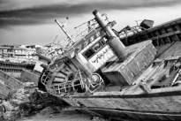 36 – Lampedusa. Telles des baleines échouées, les carcasses des navires, après avoir accompli leurs tâches, se reposent dans l'attente de leurs dépeçages.