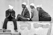 39 – Lampedusa. Je suis toujours surpris par le sourire et le fatalisme des jeunes Africains.