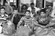 41 – Lampedusa. Dans l'attente d'embarquer sur le ferry qui va les conduire en Sicile, et plus tard sur le continent. Certains resteront en Italie d'autres tenteront de poursuivre leur chemin.