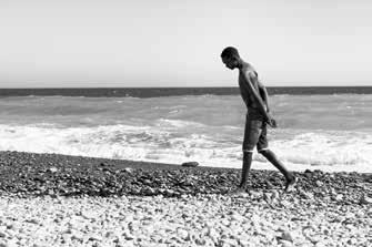 43 – Lampedusa. Marcher encore et toujours marcher, pour mieux réfléchir au moyen de passer la frontière, ne pas se faire prendre ou c'est le retour à la case départ. Certains ont déjà tenté le passage des dizaines de fois et à chacune de leur tentative ils ont été refoulés.