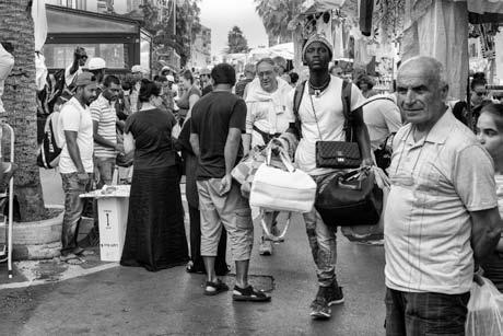 44 – Lampedusa. Pour gagner un peu d'argent, ils sont vendeurs de sacs, de montres, de lunettes et autres babioles, qui rapportent surtout aux fournisseurs de la marchandise.