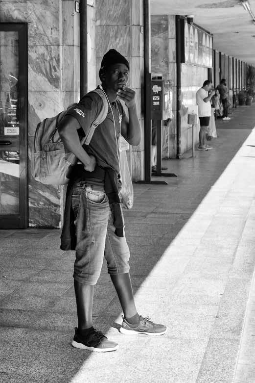 46 - Lampedusa. À la gare de Vintimille, alors que les contrôles sont nombreux avant et après la frontière avec la France, aux guichets on accepte de vendre des billets de transport.